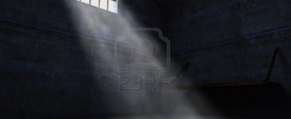 9852820-carcere-di-calcestruzzo-grunge-e-luce-dalla-finestra
